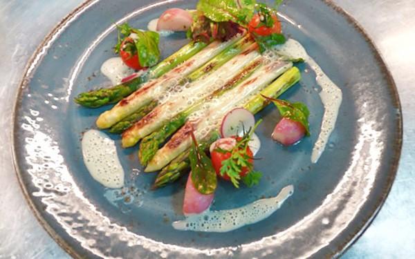 Kochen im Frühling: Gebratener Spargel mit Bärlauchsauce
