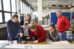 Beim Girls' Day bei TWL in Ludwigshafen zeigt Simone Schwaier den Mädchen, was sie in der Ausbildung gelernt hat.