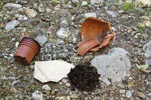 Das Bastelmaterial: Blumentöpfe, Tonscherben, Sand, Erde und Kies. (Bild ®: Christoph Schmotz)