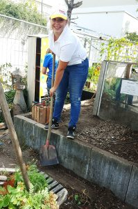 Julia Bayer kümmerte sich um den Kompost im Gemeinschaftsgarten. (Bild: TWL)