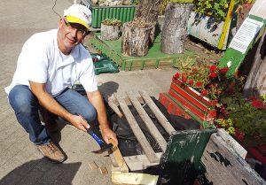Ralf Kuhn besserte am Freiwilligentag die alten Pflanzkübel aus. (Bild: TWL)