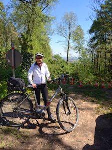 Ökologisch auf dem Fahrrad durch Feld und Wald. Ingrid Schön führt seit zehn Jahren Touren für den ADFC. (Bild: Ingrid Schön)