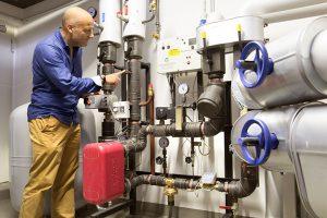 Nachhaltig und platzsparend: Die Fernwärmeübergabestation im Keller des Gebäudes ist wesentlich kleiner als alternative Anlagen und verursacht weniger Wartungsaufwand. (Bild: Alexander Grüber)